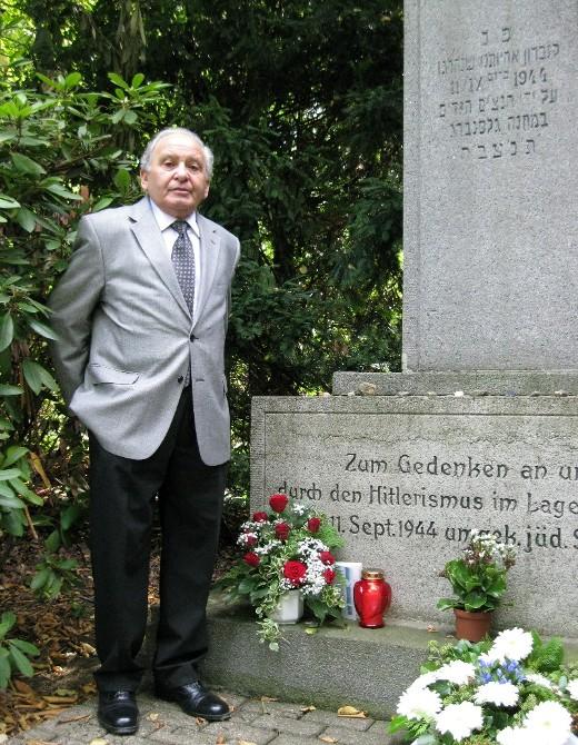 Eugene Black am Denkmal auf dem Horster Südfriedhof