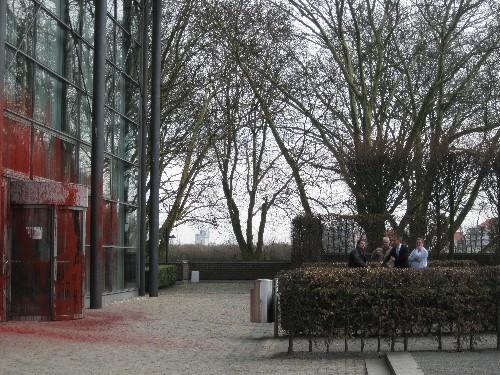Vandalismus: Der Eingangsbereich der Glashalle von Schloss Horst ist großflächig mit roter Farbe beschmiert worden