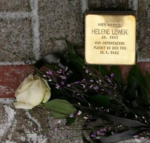 Der Stolperstein für Helene Lewek wartet auf seine Verlegung.