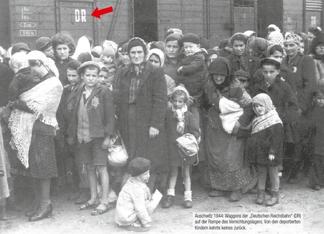 """Wahr ist: Die """"Deutsche Reichsbahn"""" hat Mordbeihilfe in mindestens 3 Millionen Fällen begangen. Die """"Deutsche Reichsbahn"""" war ein kriminelles Staatsunternehmen. Die Systemtäter der """"Reichsbahn"""" waren Beihelfer des größten bekannten Menschheitsverbrechens. Das Nachfolgeunternehmen der """"Deutschen Reichsbahn"""" ist die Deutsche Bahn AG (Berlin). Für das Gedenken an die Deportationsopfer der """"Reichsbahn"""" erhebt die Deutsche Bahn AG Gebühren und weigert sich, dieses Geld an den """"Zug der Erinnerung"""" zurückzuzahlen."""