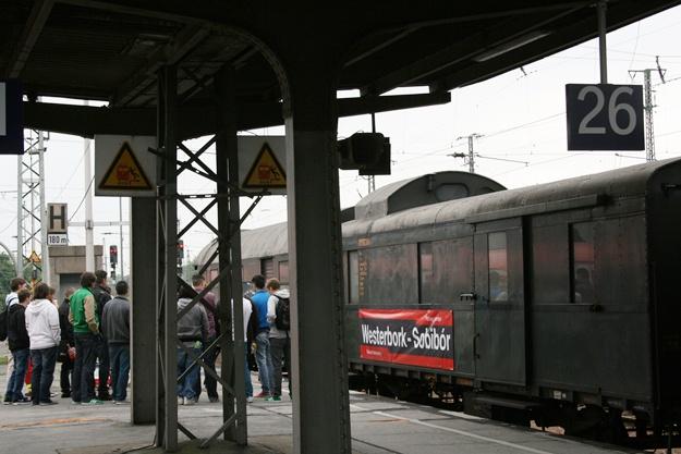 """Allein mehr als 1 Millionen Kinder und Jugendliche wurden mit der """"Reichsbahn"""" unter dem NS-Regime in den Tod transportiert, insgesamt waren es mehr als drei Millionen Menschen, die in den Waggons der """"Reichsbahn"""" in die Vernichtungslager und andere Mord- und Unrechtsstätten verschleppt und ermordet wurden."""