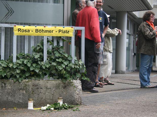 """Symbolisch angebracht: """"Rosa-Böhmer-Platz. Sicher ist: Ein Gedenkort, der an die unter dem Nazi-Terrorregime ermordeten Menschen die der Minderheit der Sinti und Roma angehörten, wird in Gelsenkirchen realisiert"""