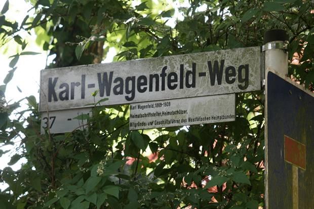 Namensgeber für Straße in Buer: Karl Wagenfeld (1869 - 1939). Der Dichter, Schriftsteller und Mitbegründer des Westfälischen Heimatbundes war überzeugter Nationalsozialist und eine Stütze des des Terror-Regimes. Hier ist eine Umbenennung dringend angeraten. Wenig sinnvoll erscheint das Anbringen von erklärenden Zusatzschildern: sie tauchen in keinem Navigationsgerät, keinem Stadtplan und keinem Straßenverzeichnis auf.