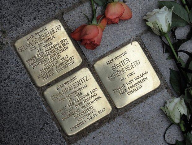 Stolpersteine erinnern an vielen Orten in Gelsenkirchen an Opfer des Pogroms vom November 1938. So wie diese Stolpersteine vor dem Haus Wanner Straße 119, auch das in dem Haus befindliche Geschäft und die Wohnung von Selma und Erna Schöneberg wurden von den Nazischergen in der Pogromnacht zerstört.