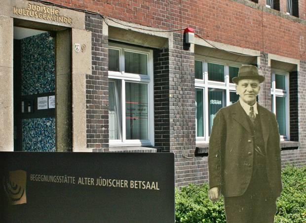 Hier wohnte... Gelsenkirchen, Von-Der-Recke-Straße 9. Am 17. Dezember 2013 bringen Stolpersteine die Namen von Adolf und Johanna Hirsch zurück.