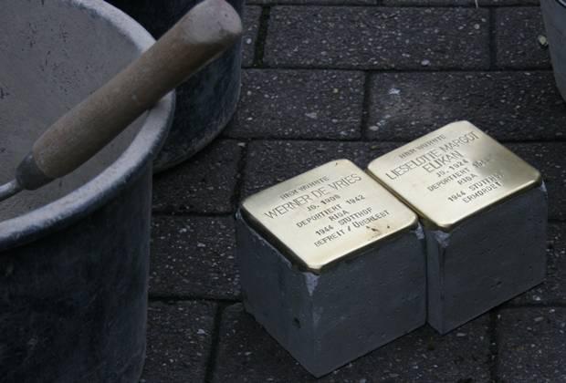 Stolpersteine in Gelsenkirchen, Arminstraße Höhe Kurt-Neuwald-Platz erinnern nun an Lieselotte Margot Elikan und Werner de Vries. Während Werner überlebte, starb Lieselotte im KZ Stutthof. Im Gedenken ist das Paar wieder symbolisch vereint.