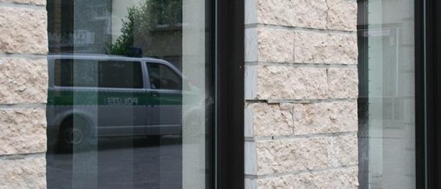Deutlich sichtbar: Spuren des nächtlichen Angriffs auf die Synagoge in Gelsenkirchen