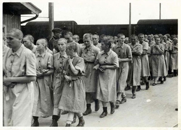 Weibliche Insassen des KZ Auschwitz, die zur Zwangsarbeit im Reichsgebiet abtransportiert werden sollen. Auch Judith Altmann wurde so nach Gelsenkirchen verschleppt.