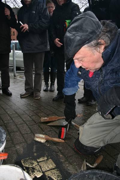 Am Freitag verlegte Bildhauer Gunter Demnig - hier bei der Verlegung an der Ringstraße - weitere 32 Stolperstein an sieben Orten im Stadtgebiet - darunter auch den 100sten Stolperstein, der jetzt in Gelsenkirchen zu finden ist. Insgesamt 119 Stolpersteine erinnern jetzt an Gelsenkirchener Opfer des Nationalsozialismus.