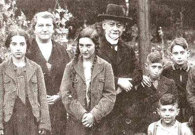Ausflug einer jüdischen Schülergruppe vor 1938 mit Rabbiner Dr.  Siegfried Galliner  (Foto: Stadtarchiv GE, Fotosammlung, 11092)