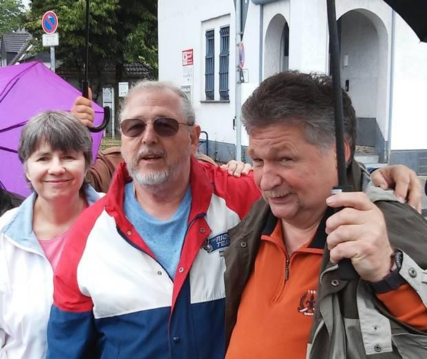 Am Marktplatz in Hassel: Ellen und Bruce Brodowski, rechts Heimatforscher Kopatz.  Hier stand der Panzer, in dem Ed Brodowski starb.
