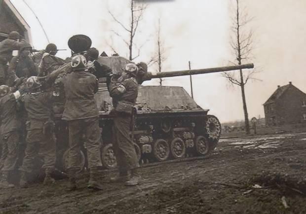 26. Februar 1945 bei Roermond: US-Soldaten des 18th Tank-Ban. bergen einen verletzten Kameraden aus der Kampfzone, um ihn nach Linne, Holland zu bringen. Hinter der Bordkanone Ed Brodowski.