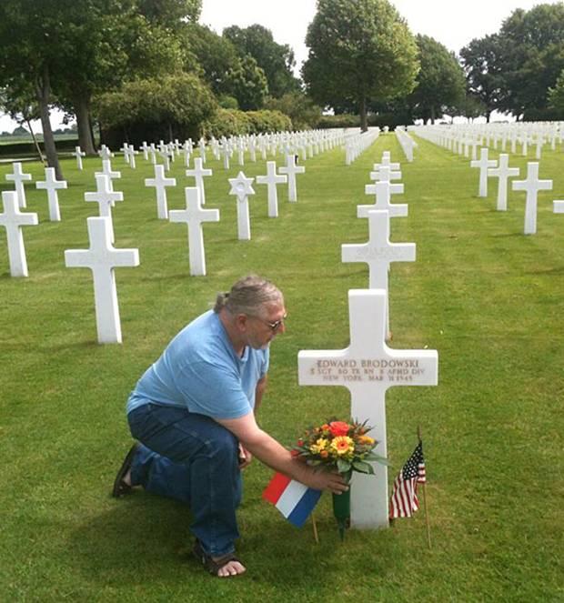 Amerikanischer Soldatenfriedhof Magraten in den Niederlanden. Am Grab seines Vaters legte Bruce als besondere Geste den Blumenstrauß nieder, den Egon Kopatz in Gelsenkirchen überreicht hatte.