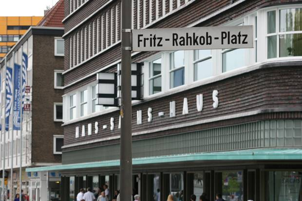 Nach Fritz Rahkob ist ein Platz in der Gelsenkirchener Altstadt benannt, auch eine Gedenktafel wurde dort errichtet.