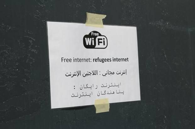 Die Kontaktaufnahme zu Verwandten in der Heimat  über E-Mail, Skype oder Whatsapp - das ist für Flüchtlinge lebenswichtig.