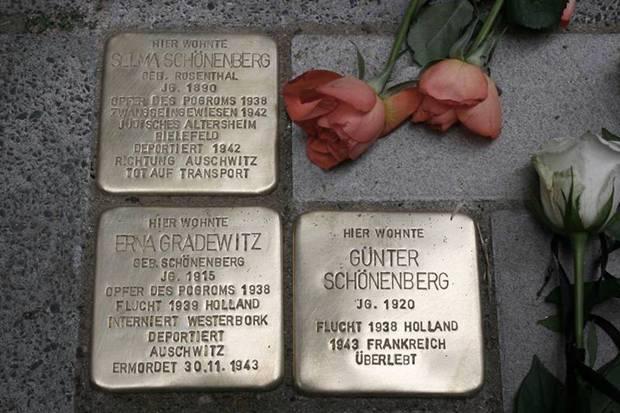 Vor dem Haus Wanner Str. 119 in Gelsenkirchen-Bulmke erinnern Stolpersteine an die jüdische Familie Schönenberg. Den drei Menschen gelang die Flucht, doch Mutter Selma und Günthers Schwester Erna gehörten nicht zu den Überlebenden des Holocaust, sie wurden von der Mordmaschinerie der selbsternannten