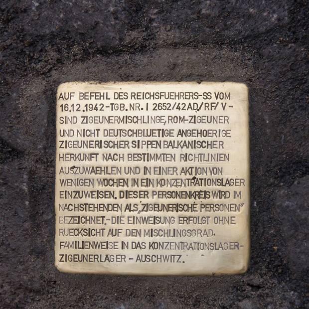 Zum Gedenken an den Erlass hat der Künstler Gunter Demnig in Kooperation mit dem Verein Rom e. V. am 16. Dezember 1992, dem 50. Jahrestag des Erlasses, einen Stolperstein vor dem historischen Kölner Rathaus in das Pflaster eingelassen. Auf dem Stein zu lesen sind die ersten Zeilen des den Erlass zitierenden Schnellbriefs.